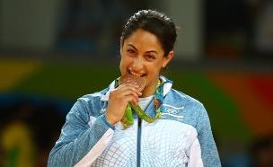 ג'רבי נפרדת מהמזרון - עם מדליית זהב (צילום: רויטרס)
