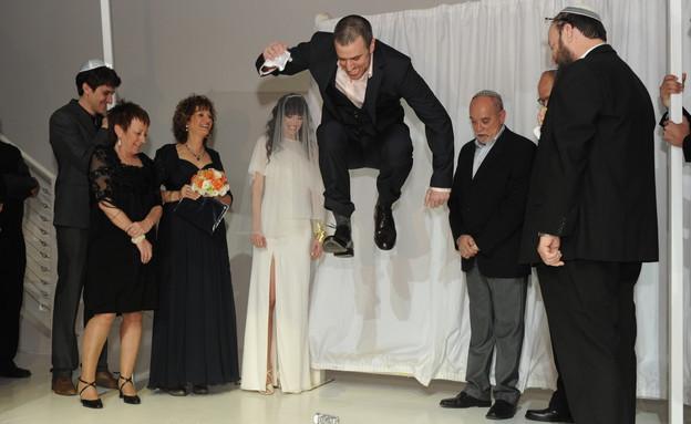 חתן קופץ על הכוס  (צילום: ארט תמיר)