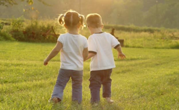 ילד וילדה מחזיקים ידיים (צילום: istockphoto)