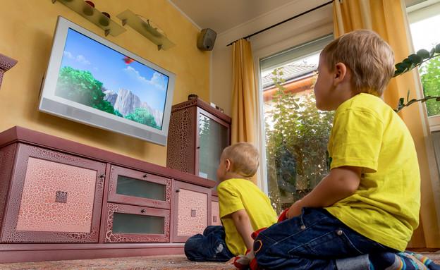 ילדים רואים טלוויזיה (צילום: By Dafna A.meron, shutterstock)
