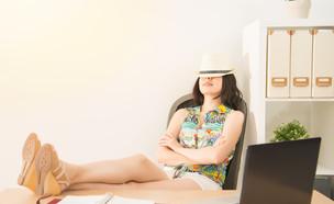 אשת עסקים חולמת על חופשה הזמן עבודה במשרד (אילוסטרציה: By Dafna A.meron, shutterstock)