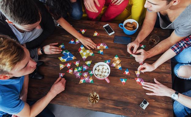 חברים משחקים משחק קופסה (צילום: kateafter | Shutterstock.com )