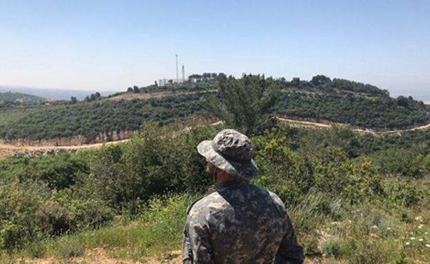 לוחם חיזבאללה סמוך לגדר הגבול, ארכיון (צילום: Nasser Atta)