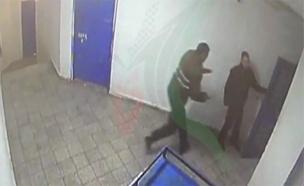 איש חמאס דוקר סוהר בכלא נפחא (צילום: צילום מתוך מצלמות האבטחה, חדשות 12)