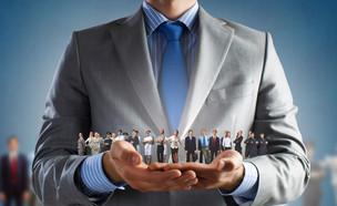 איש עסקים מחזיק בידו אנשים ממקצועות שונים (אילוסטרציה: By Dafna A.meron, shutterstock)