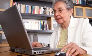 קשישה עובדת (צילום: By Dafna A.meron, shutterstock)