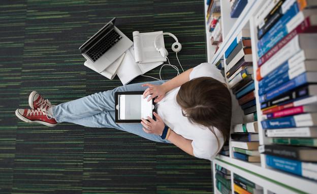 סטודנטית בספריה (צילום: By Dafna A.meron, shutterstock)