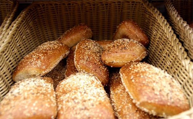 לחם ולחמניות בסופר (צילום: חדשות 2)