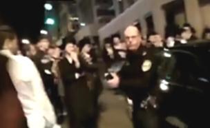 שוטר מאיים על מפגינים חרדים (צילום: מחאות החרדים)