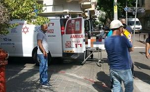 """פועל נפל מגובה 4 מטרים בתל אביב (צילום: דוברות מד""""א)"""