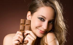 אישה עם שוקולד (צילום: Lithian, מעריב לנוער)