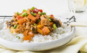 תבשיל טונה בשמן זית וירקות על מצע אורז (צילום: אסף אמברם, מאסטר שף)