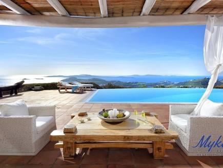 בתים למכירה 05_ הבריכה נראית כנשפכת לתוך הים