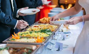 אורחים לוקחים אוכל בחתונה (אילוסטרציה: kateafter | Shutterstock.com )
