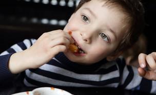 ילד אוכל שניצלונים (צילום: kateafter | Shutterstock.com )