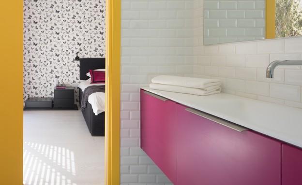 ארונות אמבטיה - ארון צבעוני במיוחד שעיצבה עדי אדליס וייצרו דני הנק (צילום: טל ניסים)