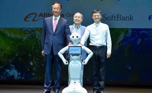 טרי גו, מסאיושי סאן וג'ק מא עם הרובוט פפר (צילום: יחסי ציבור)