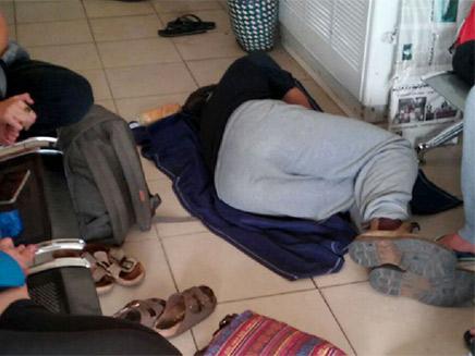 נאלצים לישון על הרצפה או על הספסלים