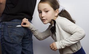 ילדה גונבת (איור: kateafter | Shutterstock.com )