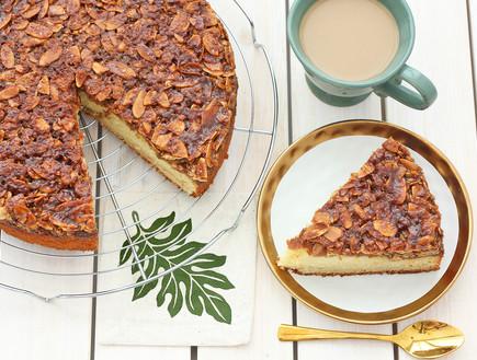 עוגת וניל בחושה בציפוי שקדים וסוכר חום