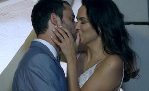 """אלבום החתונה של אחווה סיטבון וטל כוכבא (צילום: מתוך """"חתונה ממבט ראשון"""", שידורי קשת)"""