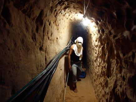 פלסטינאי חוצה מנהרה בעזה
