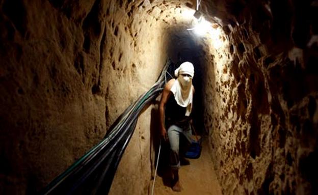 פלסטינאי חוצה מנהרה בעזה (צילום: חדשות 2)