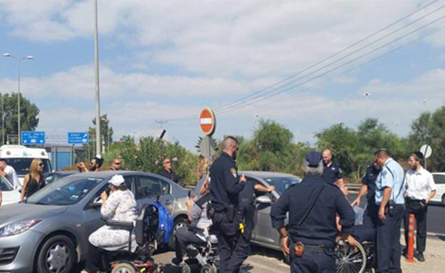 """מחאת נכים בכניסה לנתב""""ג, ארכיון (צילום: מאבק הנכים נעמי מורבייה)"""