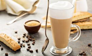 קפה עם חלב מוקצף (צילום: יחסי ציבור, ShutterStock)