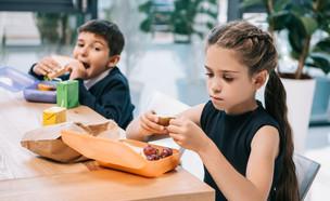 ילדים אוכלים צהריים (צילום: kateafter | Shutterstock.com )
