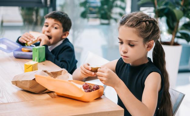 ילדים אוכלים צהריים (צילום: shutterstock)