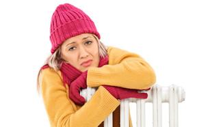 אישה בלבוש חם מחבקת רדיאטור (צילום: יחסי ציבור, ShutterStock)