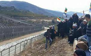 תושבי הגולן משקיפים על הגבול, בסוף השבוע