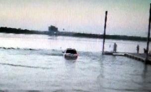 הנהג השיכור שנמלט ומצא עצמו בנהר (צילום: arlington police department)
