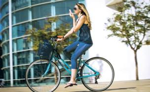 רוכבת אופניים בתל אביב - למצולמת אין כל קשר לכתבה (צילום: אריק סולטן, גלובס)