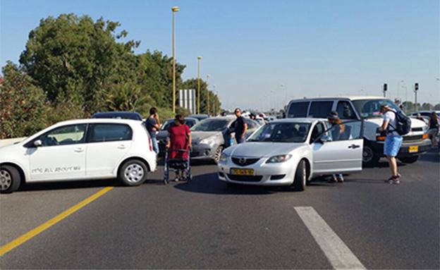 חסימת כביש בעקבות מחאת הנכים (צילום: נכים הופכים לפנתרים)