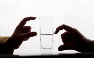 כוס חצי מלאה (צילום:  Azad Pirayandeh, shutterstock)
