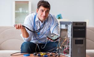 איש מסובך בכבלי מחשב (צילום: Elnur, ShutterStock)