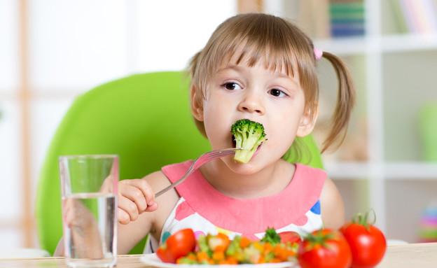 ילדה אוכלת ירקות (צילום: Oksana Kuzmina, shutterstock)