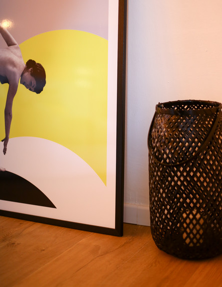 09 דיטיילז אורבנית בכנרת, ג, נשענת על הקיר (צילום: ולדה טרוגמן)