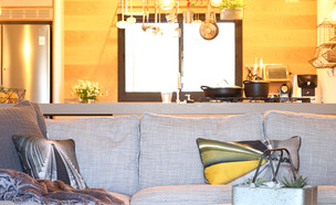 02 דיטיילז אורבנית בכנרת, ג, מתכרבלים בספה (צילום: ולדה טרוגמן)