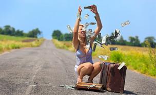 אישה כועסת זורקת כסף ליד דרך כפרית (אילוסטרציה: kateafter | Shutterstock.com )
