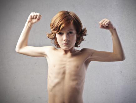 ילד עושה שריר (צילום: Shutterstock)
