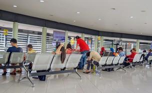 תקועים בשדה התעופה (צילום: Elena Mirage, shutterstock)