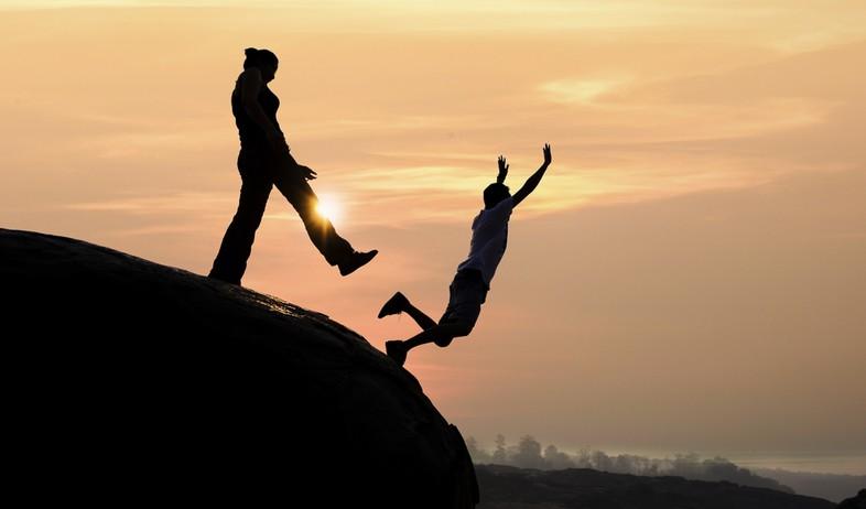 אישה דוחפת גבר מעבר לצוק (אילוסטרציה: kateafter | Shutterstock.com )