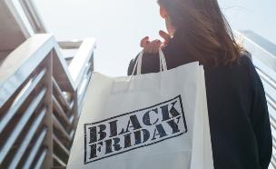 אישה עם שקית בלאק פרידיי (צילום: kateafter | Shutterstock.com )