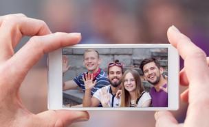 צילום קבוצה בסלולר (צילום:  Photographee.eu, ShutterStock)