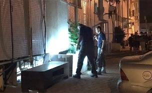 פתח הבניין שבו נמצא הקורבן (צילום: דוברות המשטרה)
