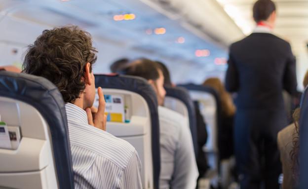 נוסע במטוס (צילום: Matej Kastelic, shutterstock)