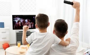 צופים בטלוויזיה (צילום: Africa Studio, ShutterStock)